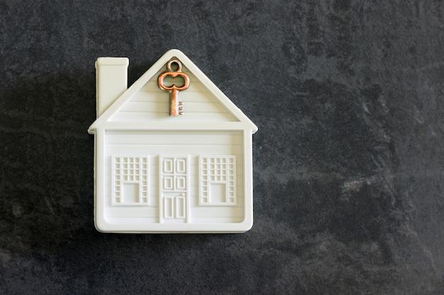 Klein stuk speelgoed huis met een sleutel