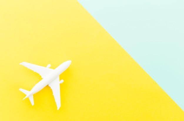 Klein stuk speelgoed vliegtuig op heldere lijst