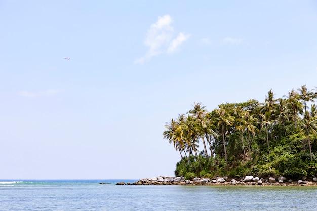 Klein tropisch eiland met hemel en wolken in zomer in phuket thailand