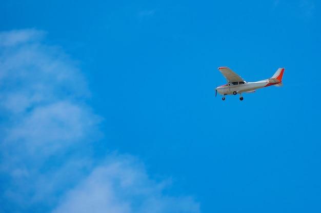 Klein vliegtuig of vliegtuig die in blauwe hemel vliegen.