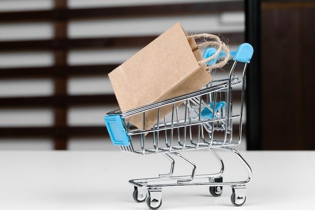 Klein winkelwagentje met papieren zakken