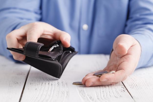 Klein zakgeld en lege portefeuille, crisisconcept