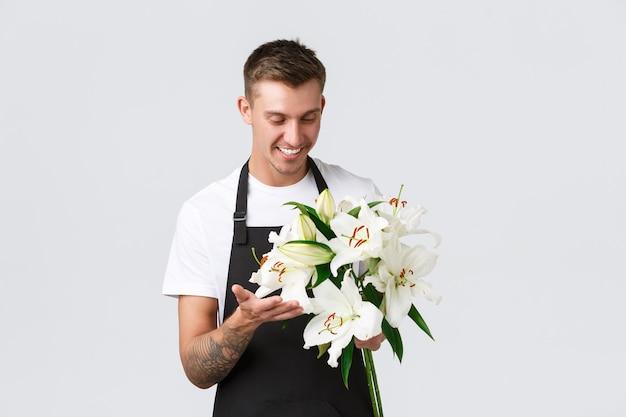 Kleinbedrijf detailhandel en werknemers concept charismatische gelukkige verkoper bloemist in bloemenwinkel maken...
