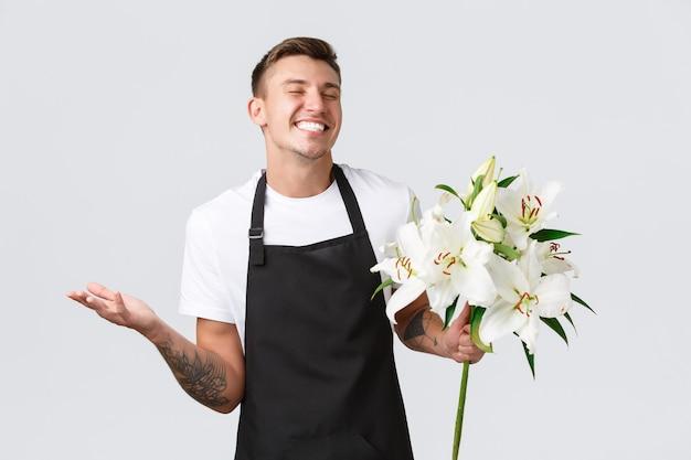 Kleinbedrijf detailhandel en werknemers concept charismatische gelukkige verkoper in bloemenwinkel bloemist lachen...