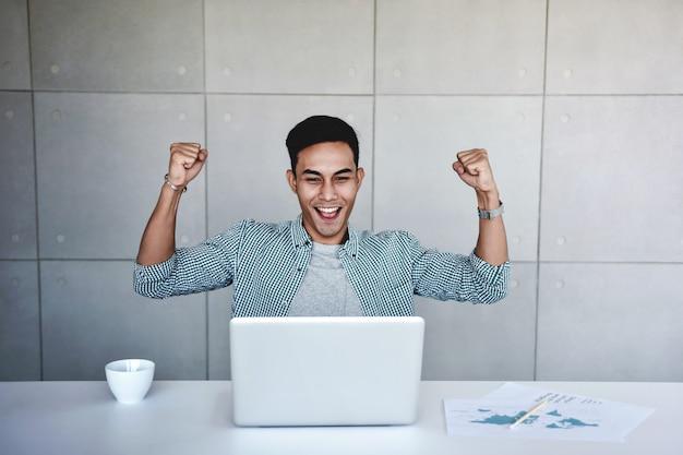 Kleinbedrijf en succesvol concept. zakenman blij om een goed nieuws te ontvangen