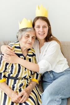 Kleindochter die haar grootmoeder omhelst