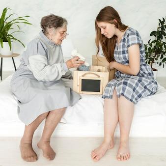 Kleindochter die quality time doorbrengt met grootmoeder