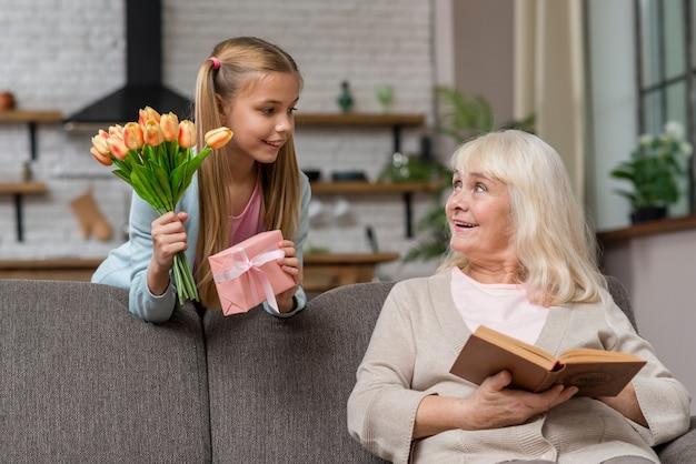 Kleindochter verraste haar grootmoeder met bloemen