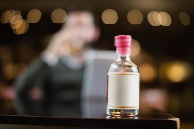 Kleine alcoholische drankfles op lijst