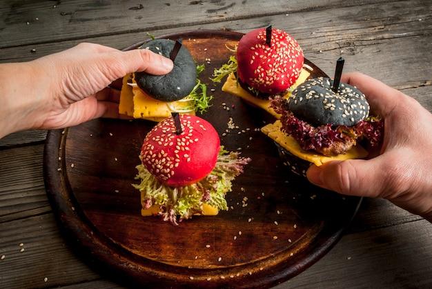 Kleine amerikaans gekleurde hamburgers