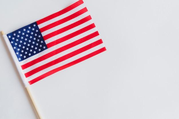 Kleine amerikaanse vlag op tafel