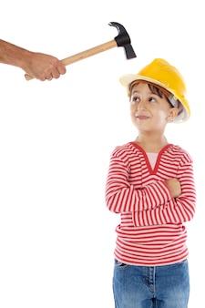 Kleine arbeider met een hamer en helm op haar hoofd