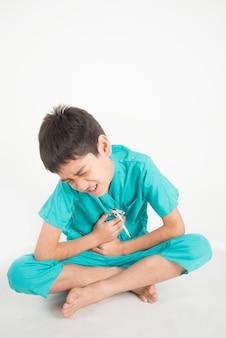 Kleine asianteenager jongen heeft buikpijn