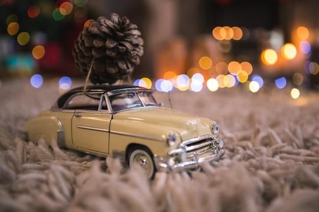 Kleine auto met een dennenappel
