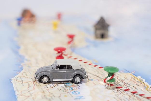 Kleine auto op kaart met route.