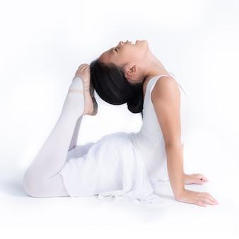 Kleine aziatische ballerina in geïsoleerde split. glimlachend aziatisch kinderenmeisje dat droomt om professionele balletdanser, klassieke dansschool te worden
