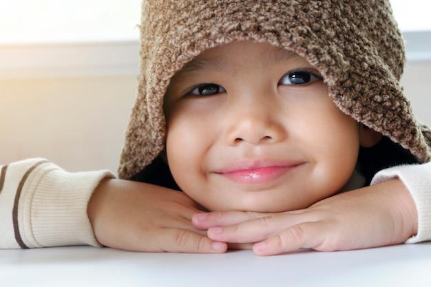 Kleine aziatische jongen geniet van reizen, gelukkig kind reizen en avontuur concept