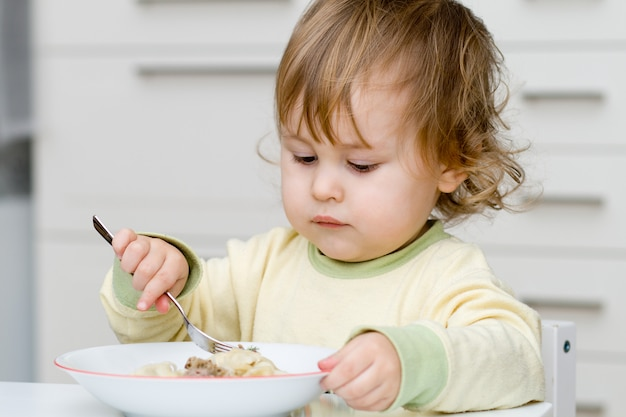 Kleine baby aan het eten