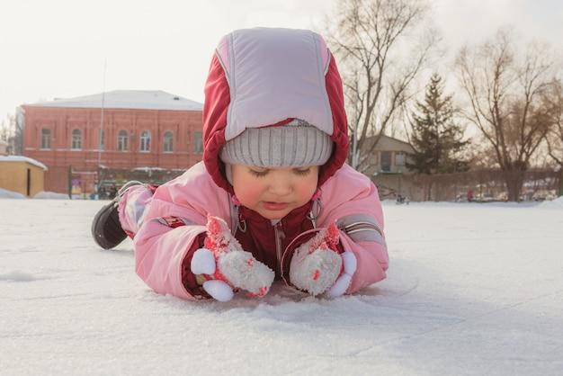 Kleine baby ligt op ijs in de winter