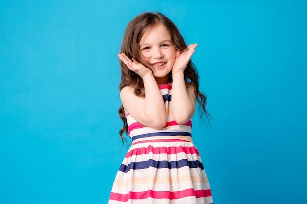 Kleine baby meisje lachend op blauw