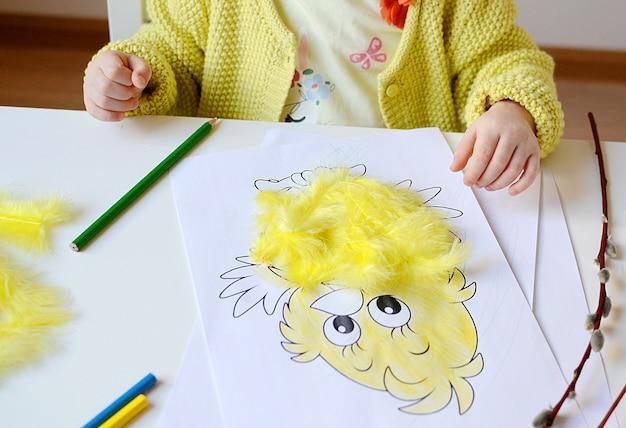 Kleine baby meisje schilderij. pasen decoraties