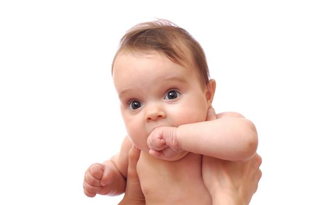 Kleine baby met haar hand in haar mond
