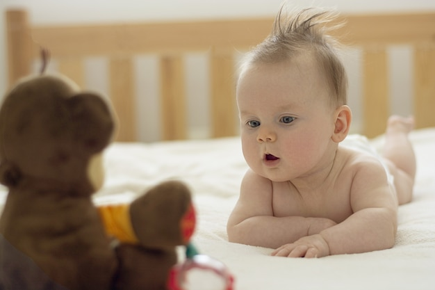 Kleine baby op buik. ontwikkeling en opvoeding van baby's.