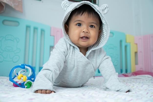 Kleine babyjongen liggend op zachte deken