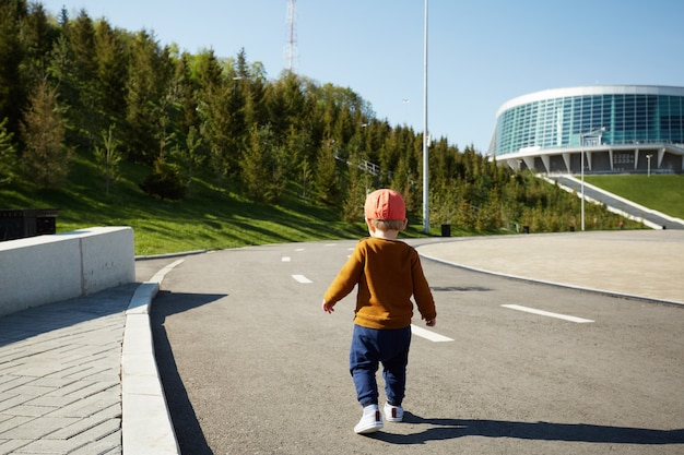 Kleine babyjongen lopen op straat