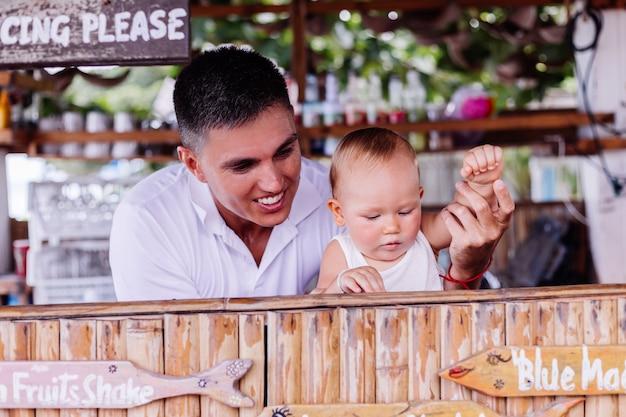 Kleine babyjongen op vakantie bij bar in thailand