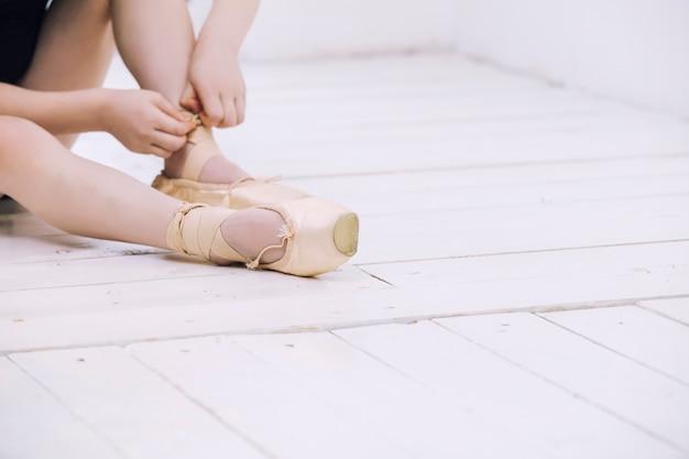 Kleine babymeisje ballerina jurken pointe-schoenen in lichte kamer op gelukkig en schattig