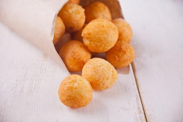 Kleine balletjes met versgebakken zelfgemaakte kwark donuts