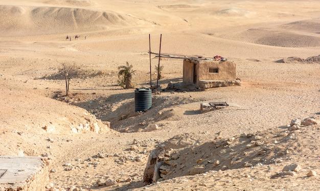 Kleine bedoeïenengebouwen in de giza-vallei, egypte