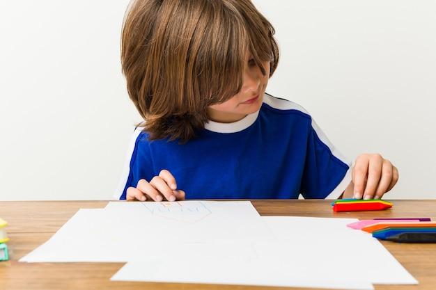Kleine blanke jongen tekenen