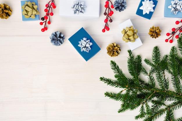 Kleine blauwe en witte decoratieve dozen op houten achtergrond