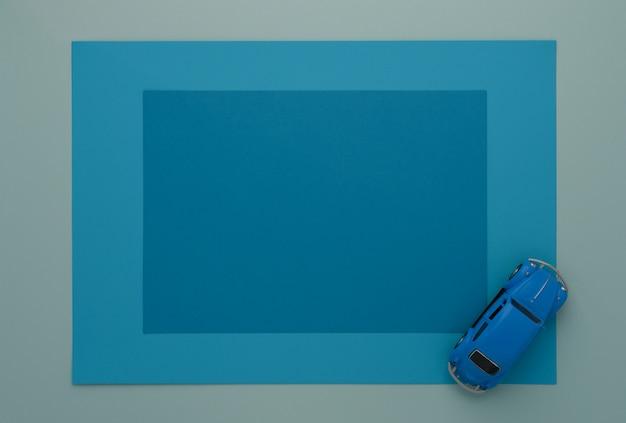 Kleine blauwe speelgoedauto op een frame