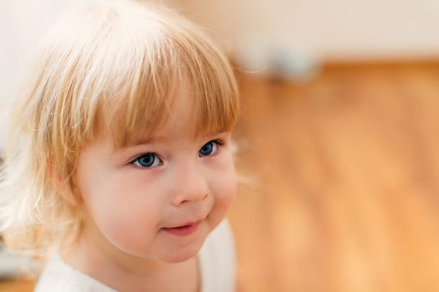 Kleine blonde babymeisje twee jaar oud