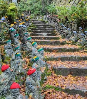 Kleine boeddhabeelden bij daisho-in tempelgronden in miyajima-eiland, hiroshima, japan