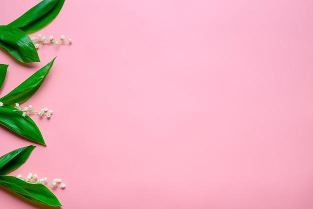 Kleine boeketten van lelietje-van-dalen als bloemenrand aan de linkerkant met kopieerruimte bovenaanzicht met ...