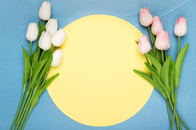 Kleine boeketten van tulpen op blauwe achtergrond