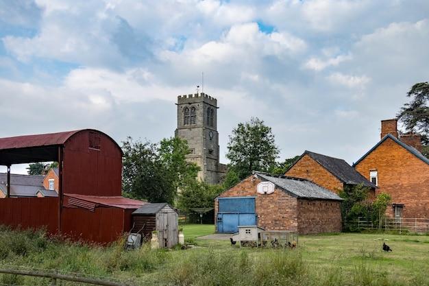 Kleine boerderij naast de st chads-kerk in hanmer, wales