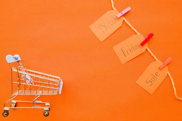 Kleine boodschappenkar met black friday-verkoopinschrijving