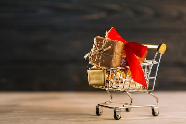 Kleine boodschappenkar met geschenkdoos met band