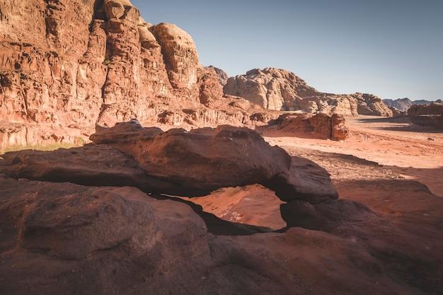 Kleine boog in de droge en hete woestijn van wadi rum jordan