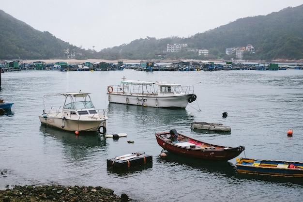Kleine boten aan de kust