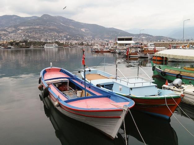 Kleine boten zijn in de haven.