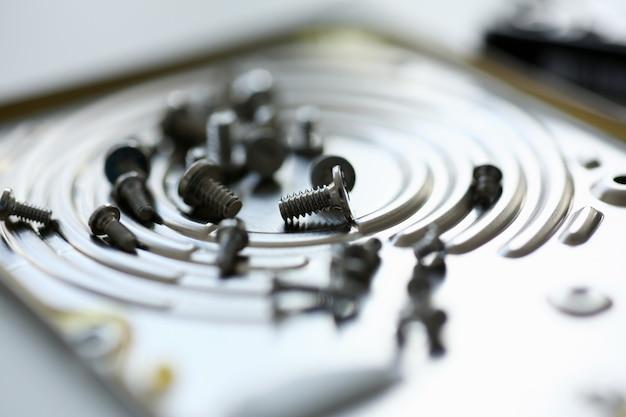 Kleine bouten verwijderd macro in reparatiewerkplaats aan