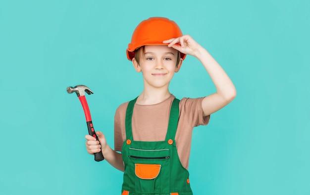 Kleine bouwer in helm en hummer. kind verkleed als werkmanbouwer.
