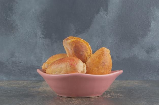 Kleine broodjes met notenvulling in een kom