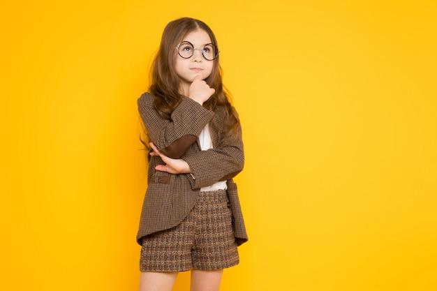 Kleine brunette meisje in kostuum